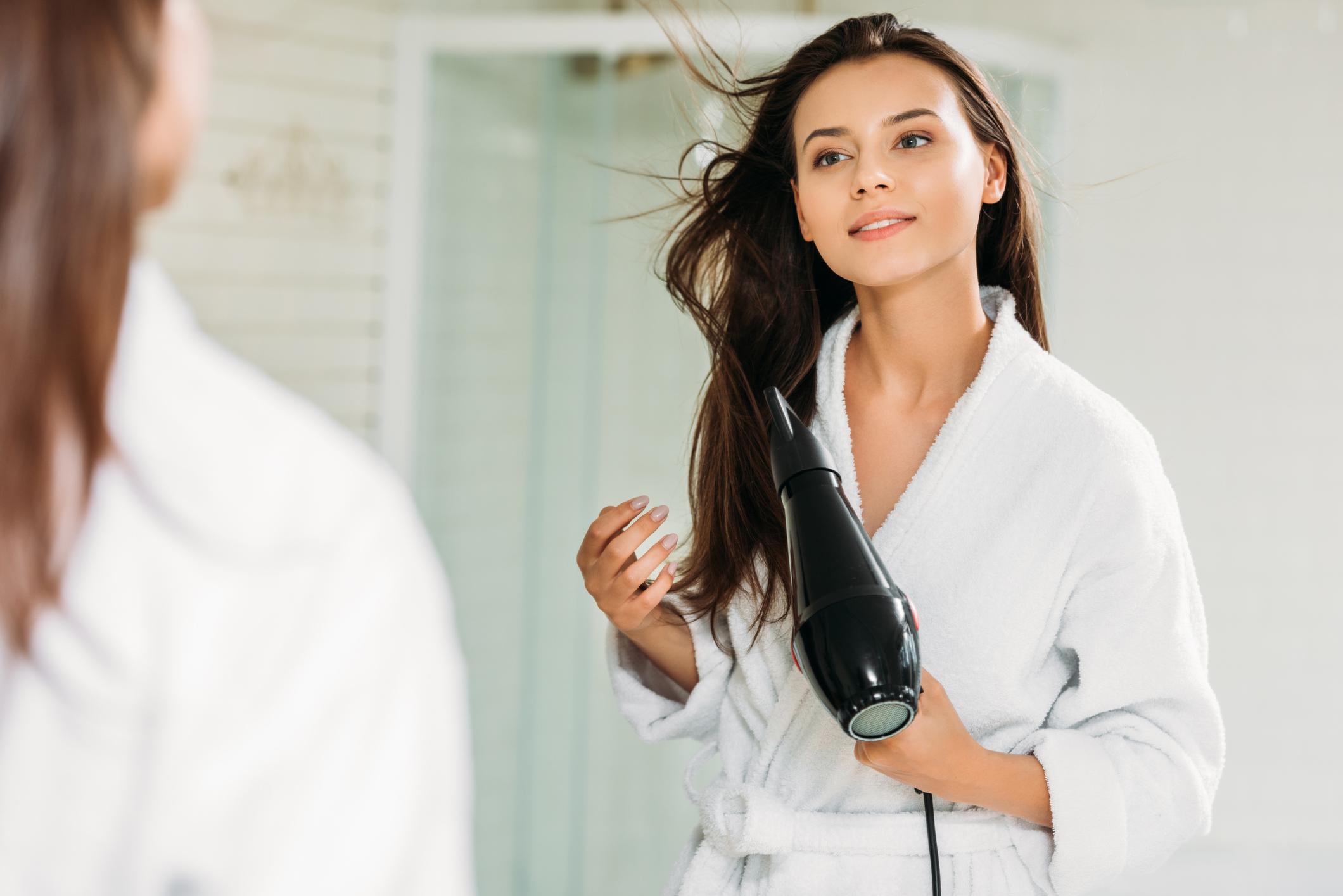 mulher secando o cabelo cronograma capilar para cabelo com progressiva